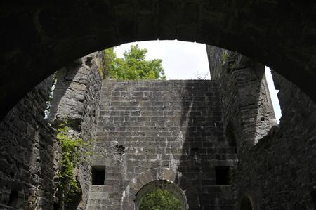 Innerhalb des kornischen Maschinenhausgebäudes an den Überresten der Kohlengrube Grove Colliery bei Stepaside, nahe Saundersfoot, Pembrokeshirew, Wales, Großbritannien. Standard-Bild - 93855120