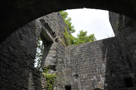 Innerhalb des kornischen Maschinenhausgebäudes an den Überresten der Kohlengrube Grove Colliery bei Stepaside, nahe Saundersfoot, Pembrokeshirew, Wales, Großbritannien. Standard-Bild - 94012414