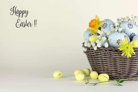 Huevos de Pascua y flores en canasta con etiqueta