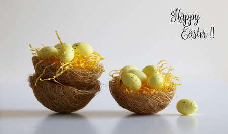 Huevos de Pascua en cestas con etiqueta