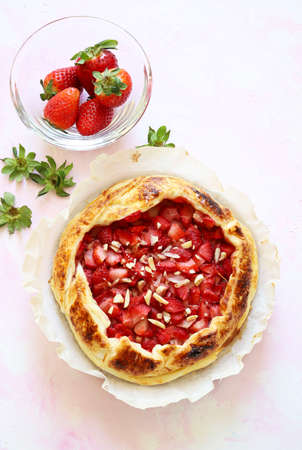 Top view of strawberry puff pastry on white background with shades of pink. Copy space. Banco de Imagens