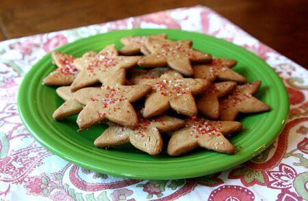 galletas de jengibre: Galletas de jengibre en forma de estrella en una placa verde