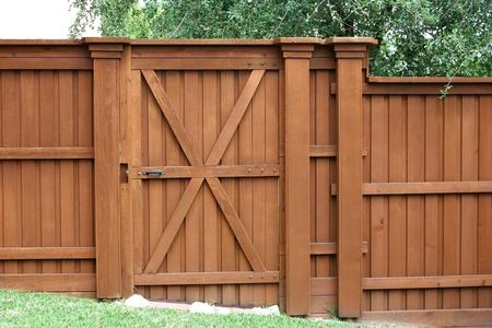 Porte à une clôture de cèdre Banque d'images - 10321221