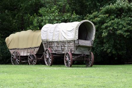 carreta madera: Las carretas cubiertas Foto de archivo