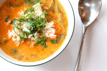 Pittige rode curry Thaise soep en rijst