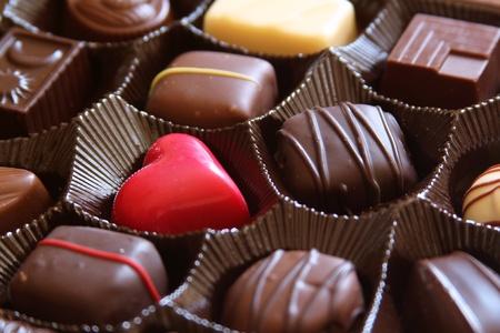Rood hart in een doos bonbons Stockfoto