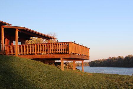 Terraza elevada con vistas del agua Foto de archivo