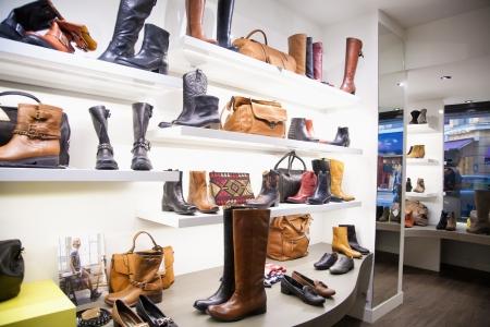 magasin: Sacs et chaussures dans le magasin de v�tements