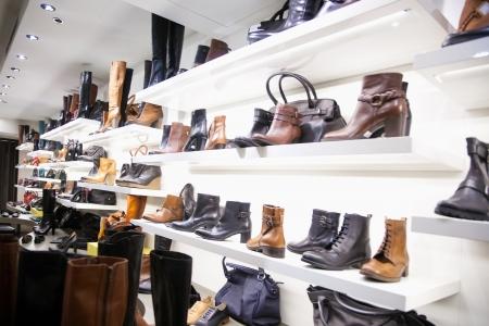 shoe store: Zapatos y bolsos en la tienda de ropa Editorial