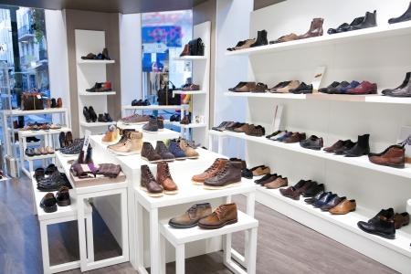 tienda de zapatos: Hombre del calzado en la tienda de ropa