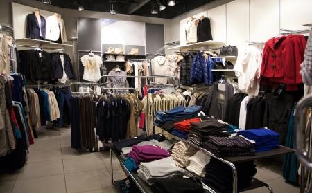 Regale mit Kleidung im Laden