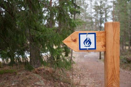 edicto: Una se�al de fuego de campamento en el exterior
