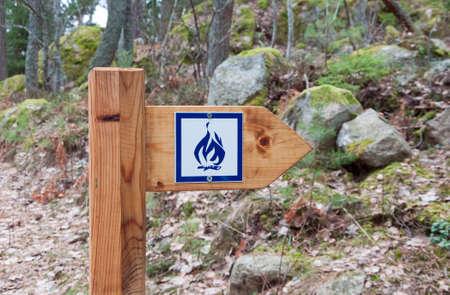edicto: Un signo de fuego campamento en el exterior