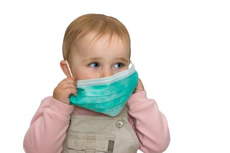 bebe enfermo: El pequeño niño está protegido de los virus sobre un fondo blanco Foto de archivo
