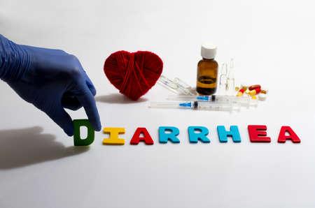 diarrea: Mano y la palabra diarrea en el fondo blanco