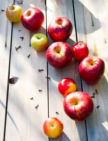 la cosecha de otoño de manzanas. las manzanas rojas sobre un fondo de madera. Alimentación saludable