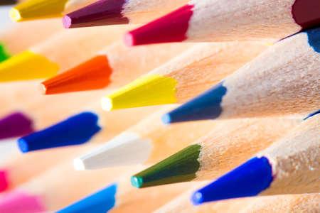 fournitures scolaires: crayons en bois color�s. profondeur de champ s�lectif Banque d'images