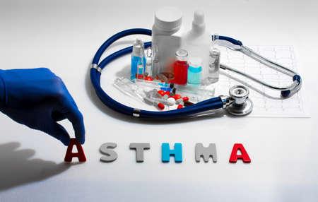 asthma: Diagnóstico - Asma. Concepto médico con pastillas, inyección, estetoscopio, electrocardiograma y una jeringa