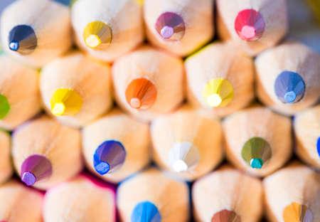 utiles escolares: l�pices de colores de madera. profundidad del campo selectiva