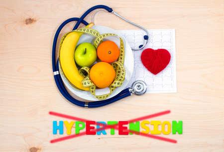 hipertension: Dieta saludable. plato de fruta fresca. La prevención de la hipertensión Foto de archivo
