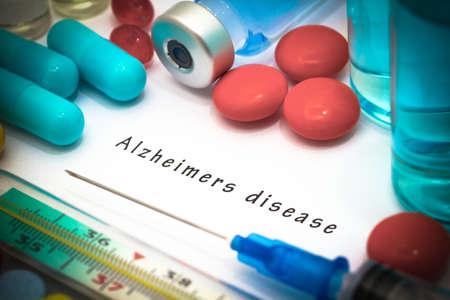 VACUNA: Alzheimer enfermedad - diagnóstico por escrito en un pedazo de papel blanco. Jeringa y la vacuna con las drogas. Foto de archivo