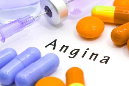 angina: angina palabra sobre un fondo blanco. Una jeringa de inyección y tabletas.