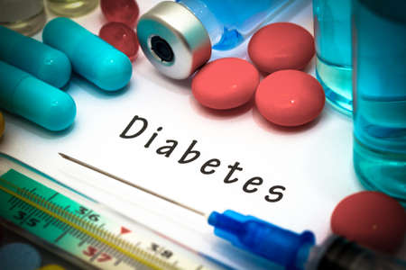 Diabetes - diagnóstico por escrito en un pedazo de papel blanco. Jeringa y la vacuna con las drogas.