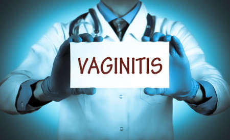 relaciones sexuales: El doctor guarda una tarjeta con el nombre de la vaginitis diagn�stico. enfoque selectivo. Concepto m�dico. Foto de archivo