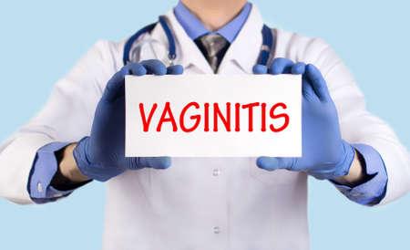 relaciones sexuales: El doctor guarda una tarjeta con el nombre de la vaginitis diagnóstico. enfoque selectivo. Concepto médico. Foto de archivo
