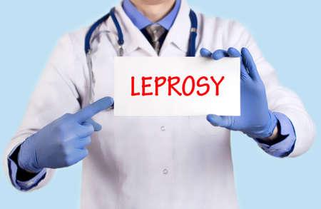lepra: El doctor guarda una tarjeta con el nombre de la lepra diagn�stico. enfoque selectivo. Concepto m�dico. Foto de archivo