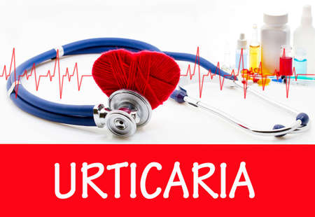 pokrzywka: The diagnosis of urticaria. Phonendoscope and vaccine with drugs. Medical concept.