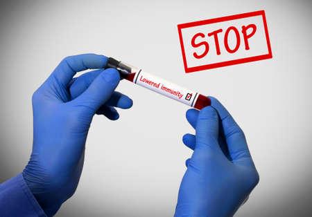 inmunidad: Detener disminuci�n de la inmunidad. El resultado positivo de la prueba de sangre. Tubo de prueba con una prueba de sangre en las manos del doctor. Concepto m�dico. Foto de archivo
