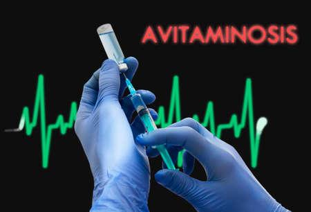 cansancio: El tratamiento de la avitaminosis. Jeringa se llena con la inyección. Jeringa y la vacuna. Concepto médico.