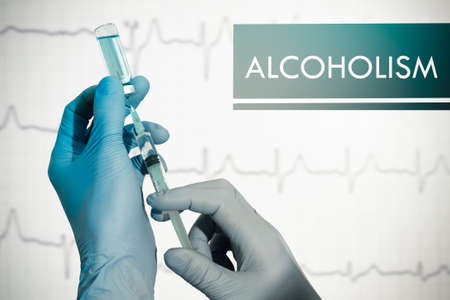 alcoholismo: Pare el alcoholismo. Jeringa se llena con la inyecci�n. Jeringa y la vacuna