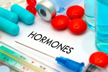 hormonas: Hormonas. Tratamiento y prevención de la enfermedad. Jeringa y la vacuna. Concepto médico. enfoque selectivo Foto de archivo
