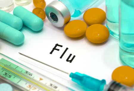 alergenos: Gripe - diagnóstico por escrito en un pedazo de papel blanco. Jeringa y la vacuna con las drogas.