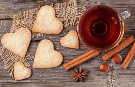 Homemade biscotti a forma di cuore regalo con il tè per la festa di San Valentino con l'amore Archivio Fotografico - 35644922