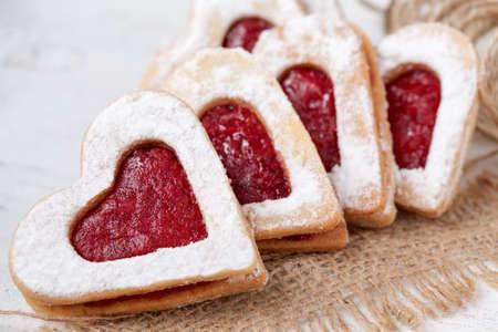 galletas: Galletas en forma de corazón para el día de San Valentín en la materia textil Foto de archivo
