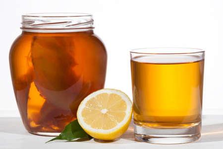 흰색 배경에 유리 Kombucha의 슈퍼 푸드 프로 바이오 틱 음료