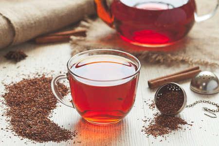 Sano tradizionale tè rooibos organici con le spezie in stile rustico. Archivio Fotografico - 39039191