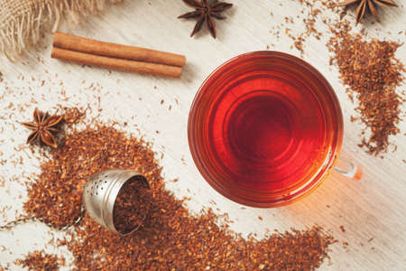 루이보스 전통적인 유기 다이어트 음료. 빈티지 나무 배경에 향신료와 건강한 슈퍼 푸드 음료 루이보스 차 아프리카