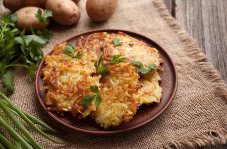 Potato pancakes or latke traditional homemade fried vegetable food recipe. Healthy organic vegan food. Rustic style Stockfoto