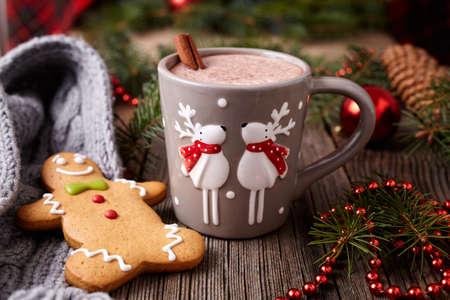 Tazza di cioccolata calda o una bevanda di cacao con due cervi carino, cannella e panpepato uomo biscotti di Natale in anno nuovo telaio decorazioni su sfondo tavolo in legno d'epoca. Homemade ricetta tradizionale celebrazione dolce Archivio Fotografico - 49529902