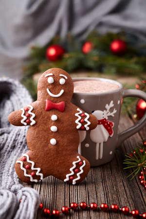 Cioccolata calda o una bevanda di cacao con cannella e gingerbread man cookie nel nuovo anno decorazioni dell'albero di cornice sul tavolo d'epoca sfondo di legno. Homemade ricetta tradizionale celebrazione dolce Archivio Fotografico - 49529904