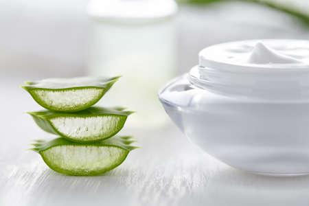 Aloe vera fette sano prodotto cosmetico naturale con crema su sfondo bianco Archivio Fotografico - 57242629
