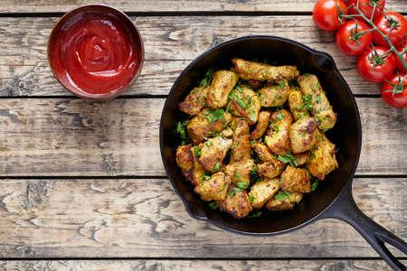튀긴 얇게 썬된 닭 또는 칠면조 필렛 고기 다진 된 파 슬 리 케첩 소스와 토마토 소박한 나무 테이블 배경 스톡 콘텐츠