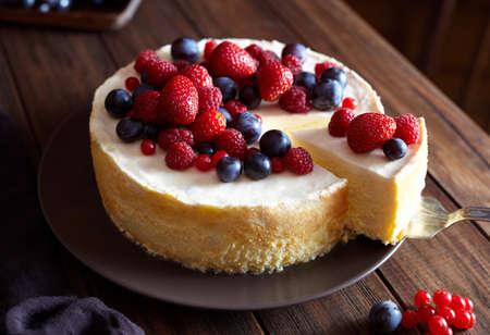 닫다. 딸기, 겨울 딸기 크림 마스 치즈 케이크. 뉴욕 치즈 케이크. 닫다. 크리스마스 디저트. 건강에 좋은 음식. 크리 에이 티브 대기 장식. 스톡 콘텐츠