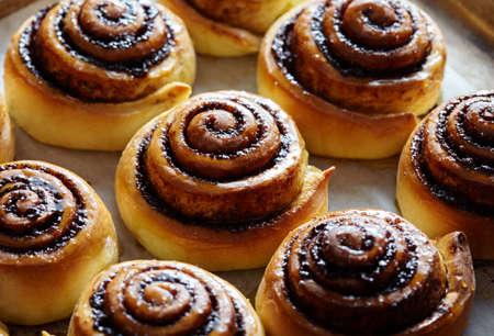 Petits pains fraîchement cuits avec de la cannelle et des épices. Fermer. Douce cuisson de Noël. Kanelbulle - dessert suédois.