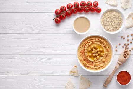 Hummus 전통적인 간식 그릇에 레바논 아랍어 전채 chickpea 간식 tahini, 참 깨, 파프리카, 병아리 완두콩, pitta 빵. 건강한 채식 영양 식품 스톡 콘텐츠