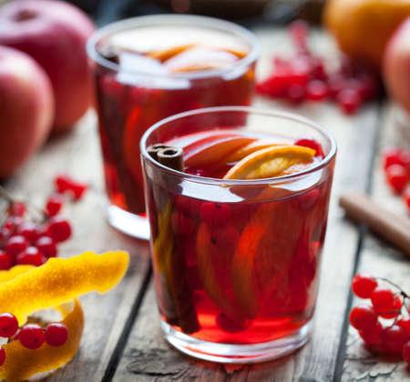 Eigengemaakte verfrissende koude sangrialimonade of aperol met sinaasappel, bessen, kaneel, anijsplant op houten lijst. Close-up zomer vitamine antioxidant drank.